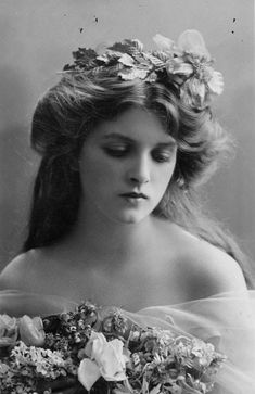 Belle Epoque hairstyle with flowers. Portrait of Gladys Cooper Vintage Pictures, Old Pictures, Vintage Images, Old Photos, Antique Photos, Victorian Pictures, Retro Images, Vintage Abbildungen, Vintage Girls