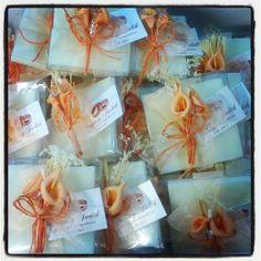 cajita con jabones y pic de flor en tonos naranja. Detalles de boda, detalles de boda para ellas. Detalles para invitados Barcelona www.invitacionesonline.com
