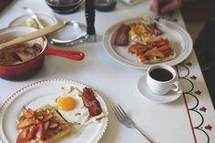 Le colazioni salate con pane tostato, uova, pancetta e cappuccino.