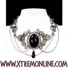 Collar de estilo victoriano con piedras negras.