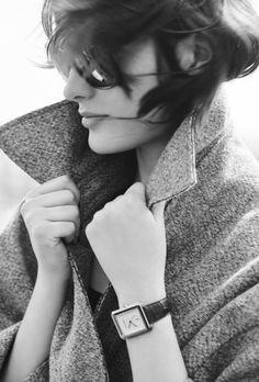 La montre BOY.FRIEND de Chanel Horlogerie, manteau d'homme, cheveux courts, Sam Rollinson