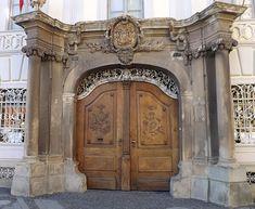 Tür Sibu Rumänien. romanian baroque portals. carved stone and wood