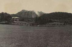 Villa in Brastagi te Berastagi, op de achtergrond de Sibajak. 1920