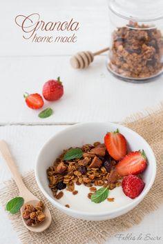Granola home made, gustosissima e croccante per una colazione da favola. Un buonissimo mix di fiocchi d'avena, mandorle e frutta disidratata.
