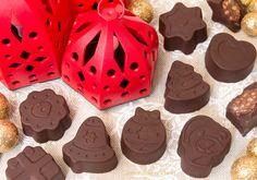 I Cioccolatini Ripieni di Nutella, Pavesini e nocciole sono dei deliziosi cioccolatini semplici e veloci da realizzare, perfetti per il Natale e l'Epifania! Nutella Recipes, Sweets Recipes, Chocolate Recipes, Desserts, Chocolate Filling, Chocolate Art, Chocolate Truffles, Make Your Own Chocolate, Sweet Cakes