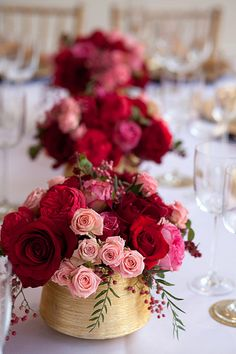 Pink, cranberry and gold centerpieces... We're in love! #burgundy #wedding #inspiration