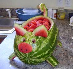 This watermelon pig is so cute and easy to make .- Dieses Wassermelonenschwein ist so süß und einfach zu machen! Wegbeschreibung HIER This watermelon pig is so cute and easy to make! Directions HERE – - Pig Roast Party, Pig Party, Snacks Für Party, Pig Roast Wedding, Farm Party, Luau Party, Watermelon Pig, Watermelon Hacks, Watermelon Animals