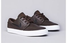 A highlight from this season's range of the Janoski Low from Nike SB is a series of leather and canvas built editions of the kicks. Zapatillas Casual, Tenis Casual, Casual Shoes, Sock Shoes, Men's Shoes, Shoe Boots, Nike Shoes, Nike Footwear, Roshe Shoes