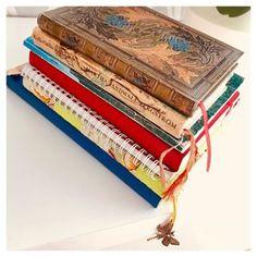 Lubię pisać. Najbardziej o sobie😎 To zeszyty, notatniki, pamiętniki, #bulletżurnale, w których coś kiedyś pisałam lub piszę. 📌Ten na samym dole z niebieską obwolutą to mój pamiętnik. Założyłam go w 1996 roku!!! 🤯🤯🤯23 lata temu. Chyba nie muszę mówić, że się trochę wstydzę tych wszystkich miłosnych wierszyków... ☺️Wkleiłam do niego pierwszy list miłosny, który dostałam. OD CHŁOPAKA😎😂No i czy ktoś skomentuje te znaczki za 5500 PLN???🤣🤣🤣🤣 📌Zeszyt w zielonej okładce to prezent… Coaching, Decorative Boxes, Training, Decorative Storage Boxes
