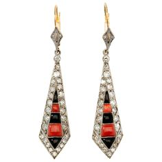 Art Déco earrings set with 4 old-cut diamonds and 50 single-cut diamonds weighing circa 1,62 cts. Decorated with coral and onyx. Mounted in platinum and yellow gold. Circa 1925