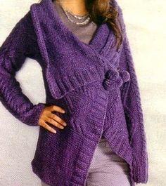 Un morbido giaccone incrociato di colore viola. Lavorato a maglia, non è difficile da realizzare.