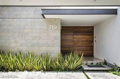 Moderne und sehr und stimmige Eingangstür von ADI / arquitectura y diseño interior. Die Tür muss mit der Fassade, dem Außenbereich, sowie dem Innenbereich harmonieren...wir helfen euch bei der schweren Aufgabe die richtige Wahl zu treffen! #eingangstüren #hauseingang #homify
