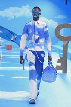 A model walks the runway during the Louis Vuitton Menswear Fall/Winter show as part of Paris Fashion Week on January 2020 in Paris, France. Louis Tomlinson, Virgil Abloh Louis Vuitton, Louis Vuitton Homme, Mode Ootd, Blue Aesthetic Pastel, Blue Fashion, Paris Fashion, Fashion Fashion, Runway Fashion