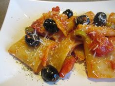 FORNELLI IN FIAMME: HOMEMADE PACCHERI WITH TOMATO SAUCE, RED PEPPERS AND OLIVES (RECETTE AUSSI EN FRANCAIS) - Paccheri con sugo fatto in casa e peperoni rossi e olive