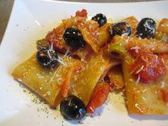 FORNELLI IN FIAMME: HOMEMADE PACCHERI WITH TOMATO SAUCE, RED PEPPERS AND OLIVES (RECETTE AUSSI EN FRANCAIS) - Paccheri con sugo fatto in casa e peperoni rossi e olive