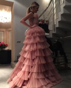 Descubre (¡y guarda!) tus propias imágenes y videos en We Heart It in 2020 Cheap Evening Dresses, Modest Dresses, Elegant Dresses, Pretty Dresses, Gorgeous Prom Dresses, Elie Saab, Dress Vestidos, Mode Style, Formal Gowns