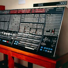 Console of an IBM computer from 1971 - not really for music studio, but cool history vintage photograph of an early mainframe huge computer. Computer Technology, Computer Science, Science And Technology, Sistema Global, Alter Computer, Computer Diy, Radios, Computer Hardware, Retro Futurism