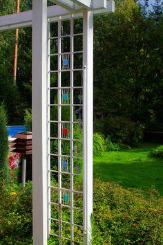 Lasihelmiruudut välkkyvät kesän auringossa. Valaise ruudut talvella kohdevalolla! Sädehtivä säleikkö (3491) Mallikerta-lehti nro 3/2014. Garden Ideas, Outdoor Structures, Backyard Ideas