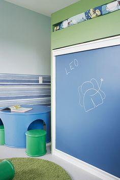 Verso-talon lastenhuoneissa Duett-tapetti Flow Akvarelli, Duett-maali, vaaleansininen sävy Y441, toisen huoneen tumma sininen seinä: Luja 7 -maali sävy L432, kaikki kalusteet Helmi 30 -maali, vihreä sävy K375. Kerrossängyssä Liitu-maalilla liitutauluseinä ja Magnetic-maalilla magneettiseinä. #tikkurila #asuntomessut #asuntomessut2015 #duett #lastenhuone #tikkuriladuett #kidsroom #liitutaulu #chalkboard