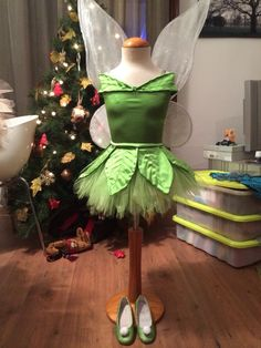 Tinkerbell dress (I like the detailing of the leaf pieces on the skirt and as straps! Tinkerbell Halloween Costume, Tinkerbell Dress, Peter Pan And Tinkerbell, Tinkerbell Party, Halloween Cosplay, Halloween Costumes, Maleficent Costume, Disney Costumes, Baby Costumes