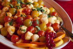 Eine ideale Kleinigkeit für die Vorfreude: leckerer Tomaten-Mozzarella-Salat