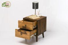 Mesita de noche de la línea Escandi Design es un mueble de estilo nórdico, muy funcional, que gracias a la madera maciza aporta a tu dormitorio un carácter muy especial. Esta mesa de luz incluye dos cajones para guardar todo lo que necesites y ayudarte a ahorrar espacio. DETALLES DEL PRODUCTO Material: Madera de Roble Macizo. Colores: Roble Natural y Roble Blanqueado. Floating Nightstand, Design Ideas, Interior Design, Collection, Table, Furniture, Home Decor, Solid Wood, Solid Oak