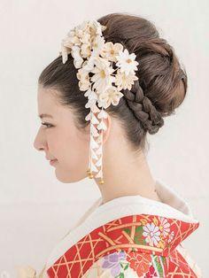 ヘアは高さを出してまとめて、ボリュームを出しながら大きなアップヘアに。下には三つ編みを施してすっきりとまとめました。  ■お問い合わせ先 ハ... Beauty Nails, Beauty Makeup, Hair Makeup, Wedding Kimono, Hair Arrange, Japanese Hairstyle, Kanzashi Flowers, Woman Face, Hair Pieces