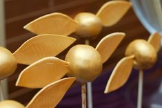 Golden Snitch Cake Pops Golden Snitch cake pops (cake balls) made to go on the dessert table along with the Harry Potter cakes I made. Harry Potter Theme, Harry Potter Film, Harry Potter Birthday, Hogwarts, Anniversaire Harry Potter, Golden Snitch, Party Pictures, Cakepops, Dessert Table