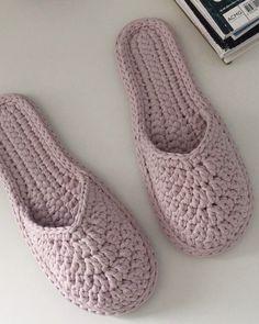 Crochet Sole, Crochet Slipper Pattern, Crochet Baby Sandals, Crochet Boots, Diy Crafts Crochet, Diy Crafts New, Baby Slippers, Knitted Slippers, Cheap Flip Flops