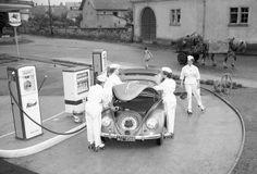 Beetle at Furst gas pump Vw Vintage, Vintage Photos, Vintage Soul, Kdf Wagen, Pompe A Essence, Old Gas Pumps, Cool Garages, Old Gas Stations, Filling Station
