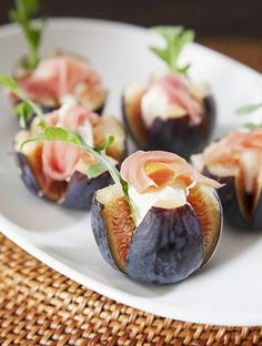 Nugget Markets Fig & Chèvre Canapes—This fresh, simple and tasty hors d'oeuvre is a timeless pairing and perfect for fall. Guaranteed to have your guests raving! Fingerfood Party, Party Canapes, Wedding Canapes, Wedding Appetizers, Good Food, Yummy Food, Cooking Recipes, Healthy Recipes, Appetisers