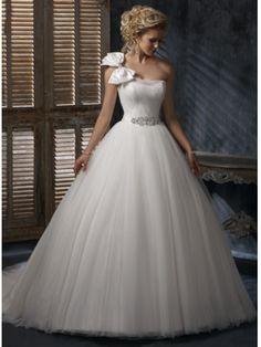 robe de mariée princesse en organti avec une bretelle à gauche ornée d'un noeud à deux boucles
