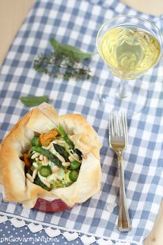 Tagliolini di kamut con crema di robiola e asparagi e zucchinette col fiore