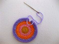 Seamless and symmetrical: tutorial on how to crochet invisible joins. #crochet #circles