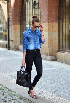 Blaues Jeanshemd, Schwarze Enge Jeans, Hellbeige Wildleder Slipper mit Leopardenmuster, Schwarze Shopper Tasche aus Leder für Damen