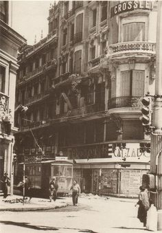 Gran Vía esquina a Fuencarral, a la izquierda está el edificio de Telefónica. Madrid 1936