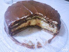 Bolo de mousse de chocolate e musse de limão, coberto com ganache de chocolate.