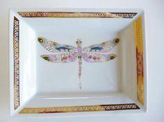 Vide poches en porcelaine de Limoges, motif Libellule, peint à la main. 20 cm X 15 cm. motif libellule peint à la main en or et couleur rehaussé de pierres de Swarovski. Petite frise papillon en or brillant. Personnalisable