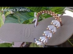 MODELINHO MÃE E FILHA PARA INICIANTES (AULA 06) - YouTube Diy Jewelry Gold, Beaded Beads, Decorating Flip Flops, Beaded Sandals, Shell Bracelet, Woven Bracelets, Crochet Slippers, Bracelet Tutorial, Sock Shoes
