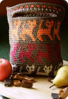 This page features a free tapestry crochet bag with a cat motif. With tapestry crochet, several yarns can be worked at the same time to produce a multiclored fabric. Crochet Shell Stitch, Knit Or Crochet, Crochet Crafts, Crochet Handbags, Crochet Purses, Crochet Bags, Crochet Baskets, Purse Patterns, Crochet Patterns