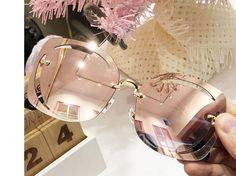 Lindo óculos de sol com as lentes vazadas dando este efeito mara. Trending Sunglasses, Retro Sunglasses, Sunglasses Sale, Mirrored Sunglasses, Cute Glasses, Glasses Sun, Shades For Women, Sunglasses Women Designer, Fashion Eye Glasses