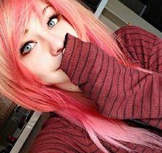 She's so freaking pretty! I love the pink hair!