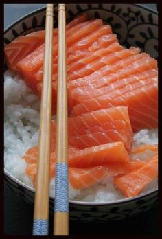 Saumon en sashimi et bol de riz japonais; une idée de beau à la bouche