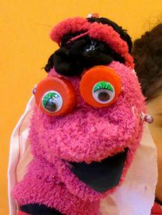 Muppet met oorbel en hoofddoekje
