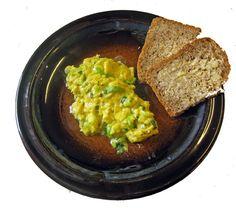 Eggerøre er noe alle kan lage. Bruker du sitronmelisse i røren, får du en deilig sitronsmak, som sammen med purreløken hever denne enkle retten et lite hakk.  - av Terje Dørumsgaard Cornbread, Guacamole, Hummus, Mexican, Ethnic Recipes, Food, Millet Bread, Homemade Hummus, Meal