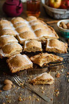Empanada tierna de manzana {con almendras y canela}