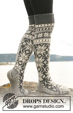 """Northern Stars Socks - Knitted DROPS socks for men with star pattern in """"Karisma"""". - Free pattern by DROPS Design Drops Design, Knitting Patterns Free, Free Knitting, Free Pattern, Crochet Patterns, Fair Isle Knitting, Knitting Socks, Knit Socks, Magazine Drops"""