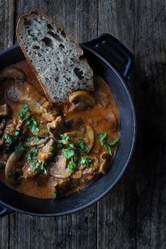 Bøf Stroganoff - opskrift hvor champignon, bacon og oksekød serveres i en flødesovs. Nem og lækker opskrift på bøf stroganoff - med kartoffelmos eller ris