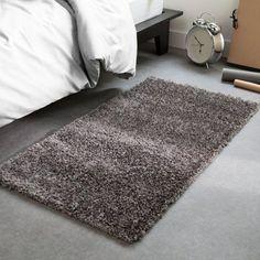 Une confortable épaisseur de fibre de 6 cm ! Un mélange de fibres lumineuses et frisées apportent à cette descente de lit Hakin un cachet unique. Dim. 60 x 110 cm.Fabriqué en Belgique.Caractéristiques de la descente de lit shaggy, longues mèches brillantes, Hakin :60% polypropylène pour un effet frisé et 40% polyester pour un aspect brillantRetrouvez les tapis assortis et le reste de la collection tapis sur laredoute.fr.Qualité :Le polypropylène repousse les acariens, il permet un entretien…