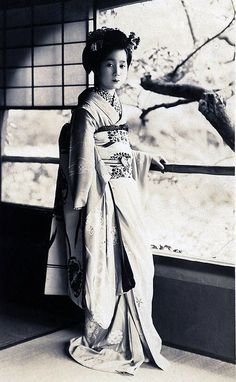 """Pensive Maiko"" This photographic postcard has a wonderful composition and a deft use of light and shadow. The organic form of the tree branch seems to echo the Maiko girl& posture. Japanese Geisha, Japanese Beauty, Japanese Kimono, Vintage Japanese, Asian Beauty, Steve Mccurry, Old Photos, Vintage Photos, Ghost In The Machine"